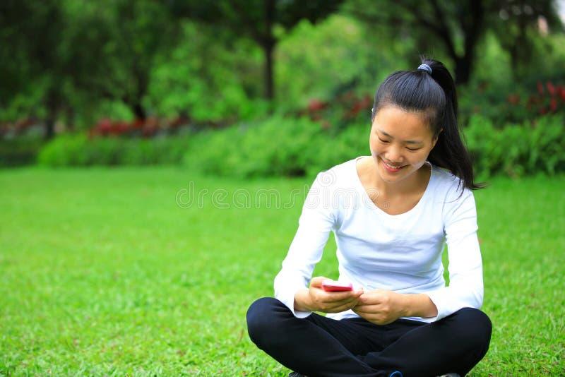 Телефон азиатской пользы студента колледжа умный стоковое изображение