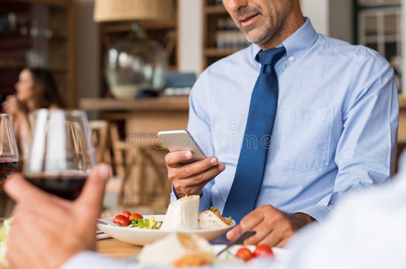 телефон бизнесмена используя стоковые изображения