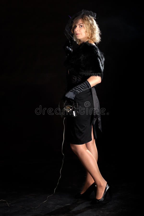 Телефон девушки фильма noir стоковая фотография