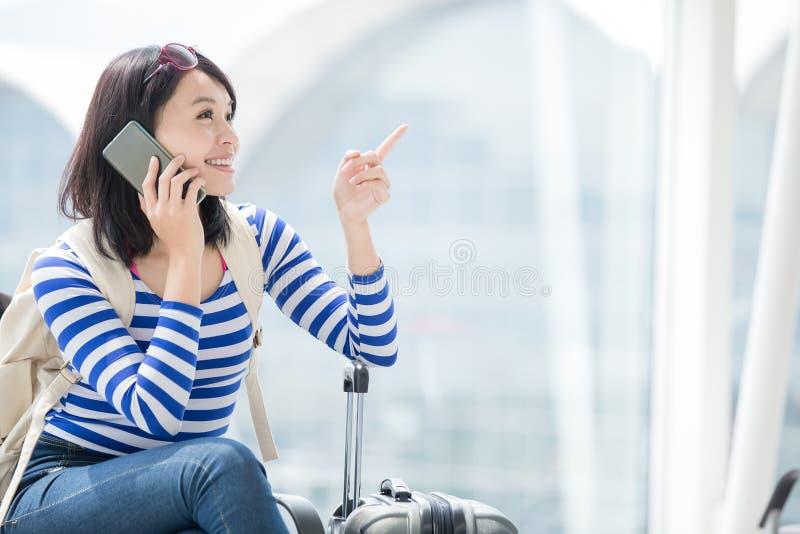 Телефон женщины красоты говоря счастливо стоковая фотография