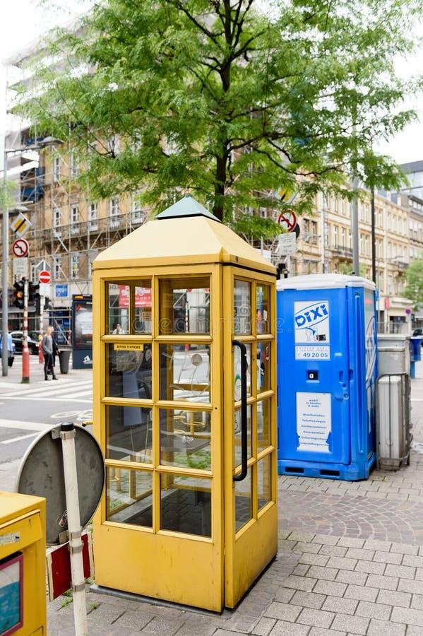 Телефон желтого цвета Люксембурга столба стоковое изображение rf