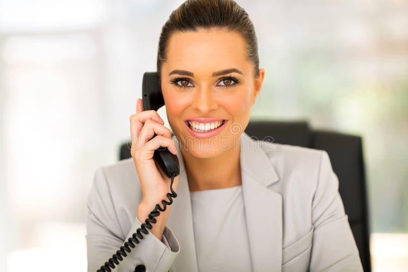 Телефон коммерсантки говоря стоковые изображения rf