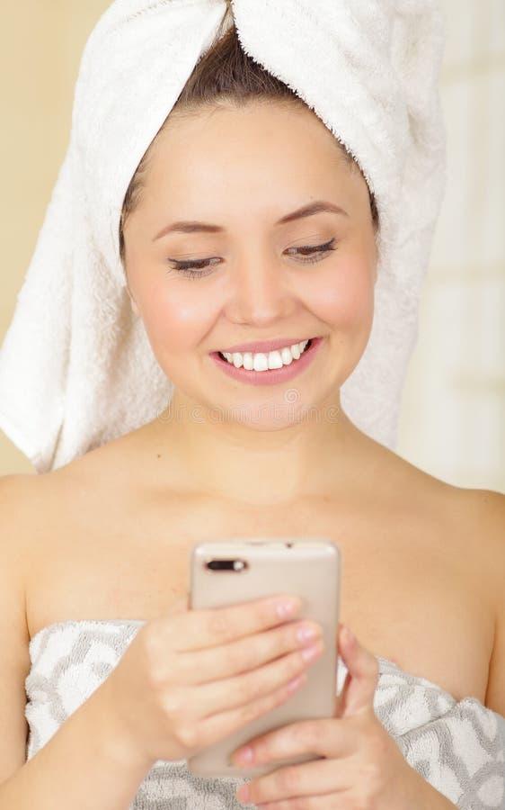 Телефон обнесенное решеткой места в суде полотенца красивой свежей маленькой девочки нося стоковое изображение