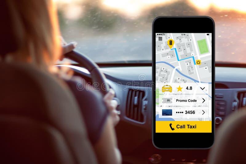Телефон с управлять женщины предпосылки экрана такси звонка применения стоковое изображение