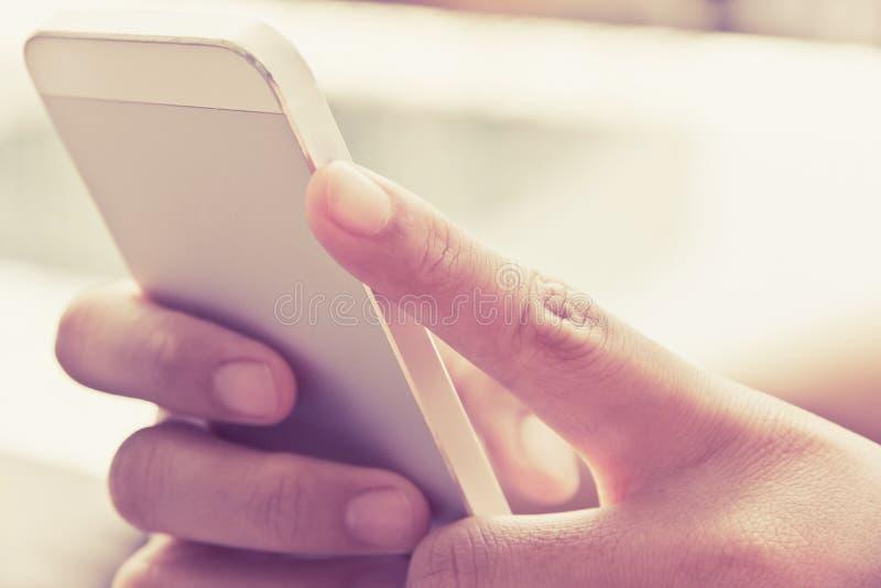 телефон франтовской используя женщину стоковые изображения