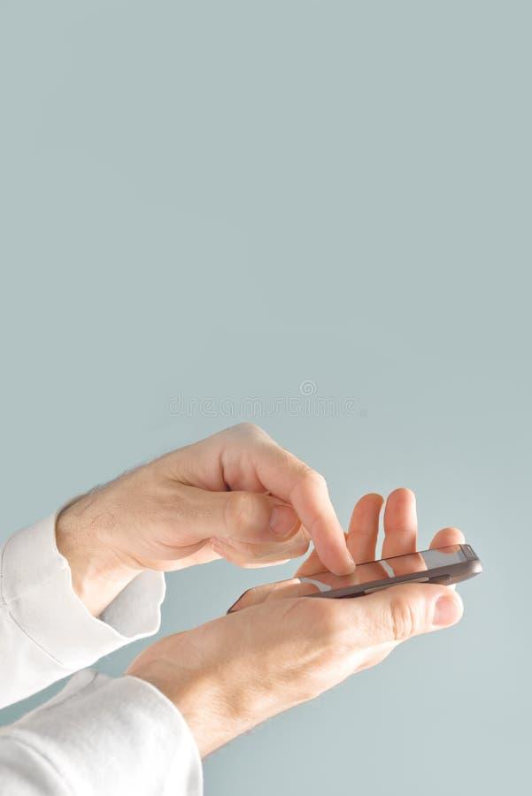 Download Телефон экрана касания передвижной умный в мужских руках Стоковое Фото - изображение насчитывающей lifestyle, экран: 40580782