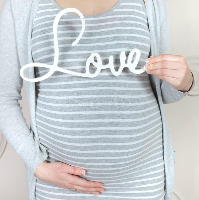 Тело беременной женщины стоковая фотография