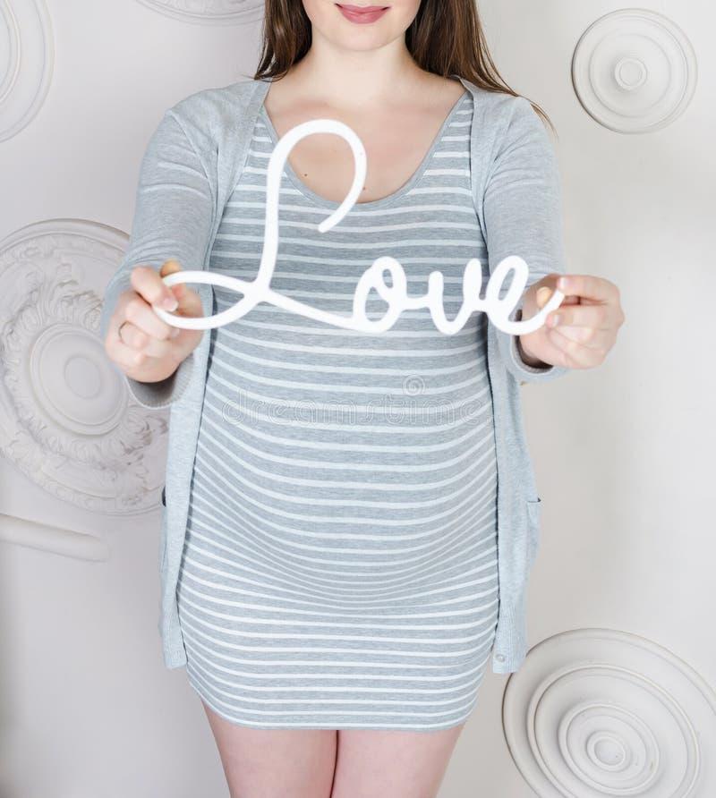 Тело беременной женщины стоковые фото
