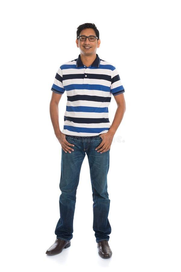 Тело жизнерадостного вскользь индийского человека полное изолированное на белизне стоковые фотографии rf