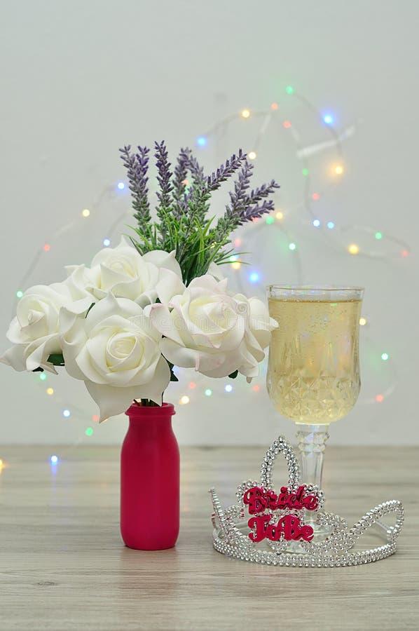 Тиара при невеста слов, который нужно показать с стеклом шампанского и букетом роз и лаванды стоковое фото