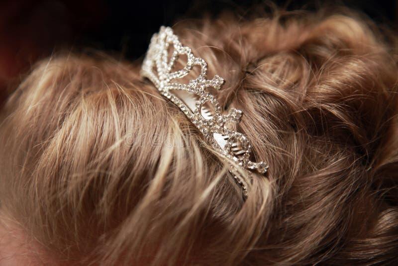 Тиара свадьбы в волосах невесты стоковые изображения