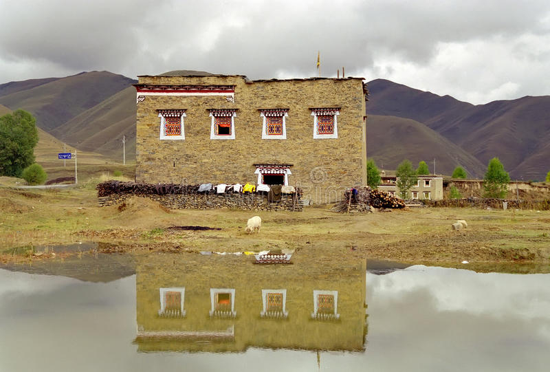 тибетец деревенского дома стоковая фотография