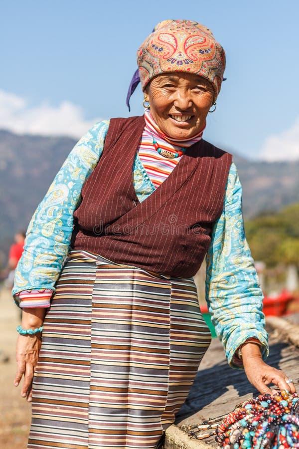 Тибетская дама в традиционном костюме стоковое изображение rf