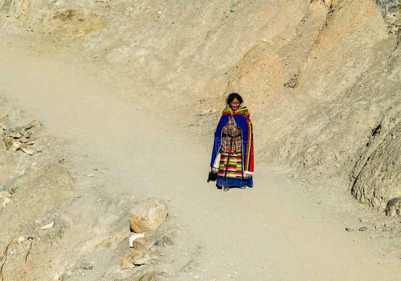 Тибетская женщина совершает расшива вокруг Mount Kailash стоковая фотография