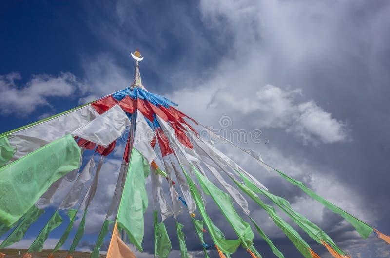 Тибетская молитва сигнализирует против неба и облаков в Цинхае, Китае стоковое изображение rf