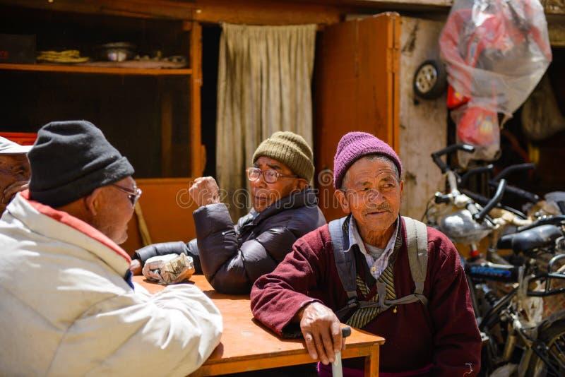 Тибетские люди Старые тибетские люди сидя и говоря снаружи на улице города Leh, Ladakh, Индии стоковое изображение rf