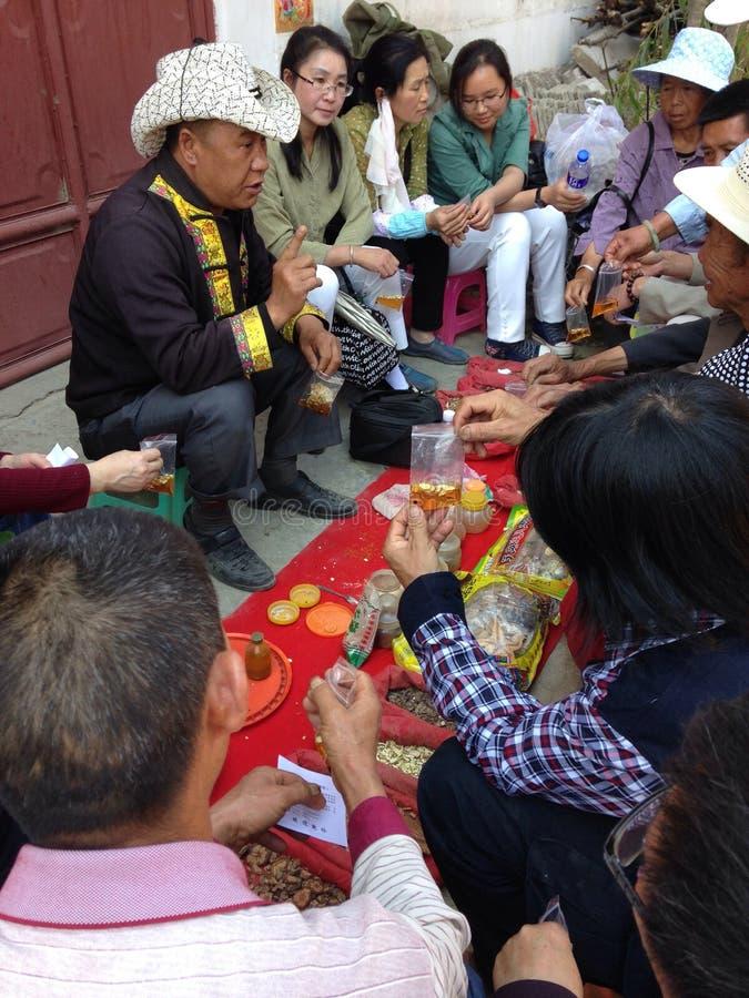 Тибетские доктор и пациент стоковые фотографии rf