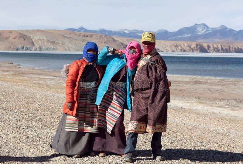 Тибетские паломники на озере Manasarovar в Ngari, Тибете стоковые изображения rf