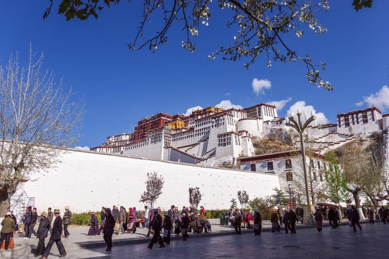 Тибетские паломники объезжают дворец Potala - Лхасу, Тибет стоковое фото
