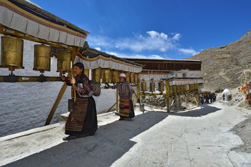 Тибетские паломники объезжают святой монастырь Pelkor Chode стоковое фото