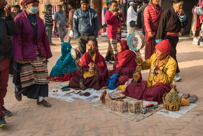 Тибетские паломники поют традиционные буддийские песни стоковая фотография rf