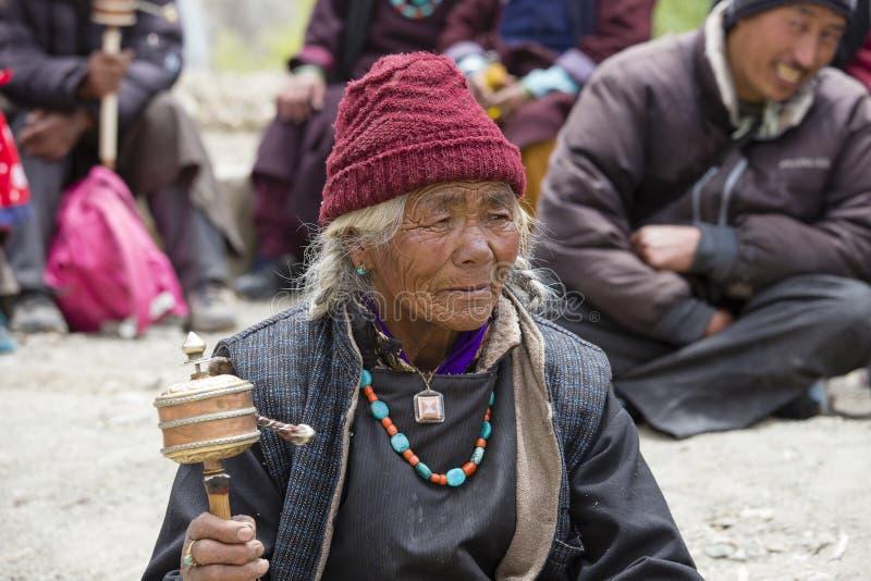Тибетские старухи во время мистической маски танцуя тайна Tsam танцуют во времени  фестиваля Yuru Kabgyat буддийского на Lamayuru стоковое фото