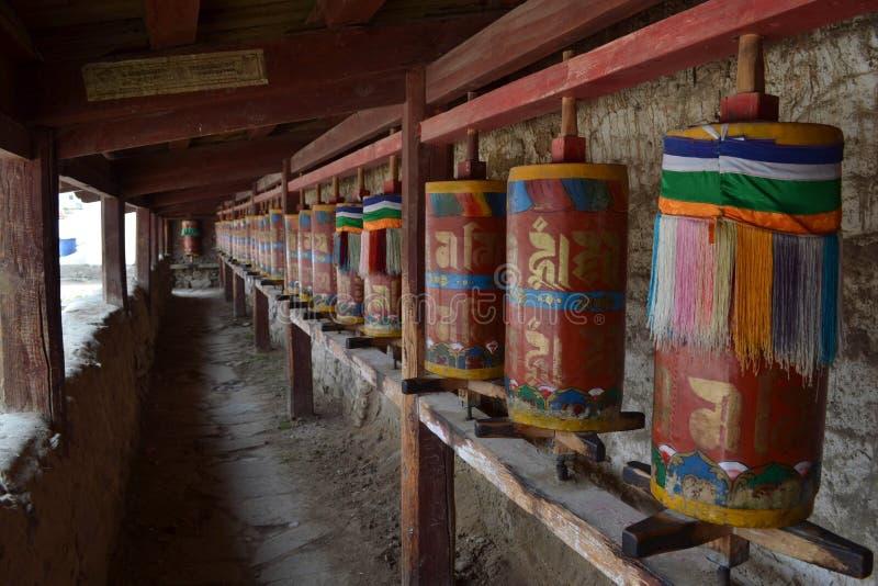 Тибетские kora или паломничество и молитва катят внутри Langmusi, Am стоковые фотографии rf
