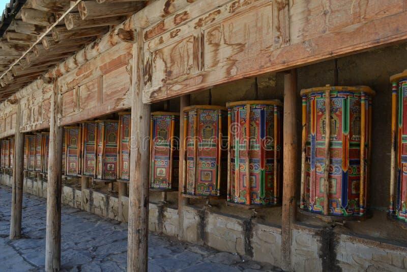 Тибетские kora или паломничество и молитва катят внутри Xiahe Labra стоковое изображение rf