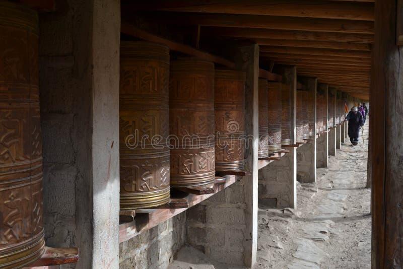 Тибетские kora или паломничество и молитва катят внутри Zoige, Amdo стоковые фотографии rf