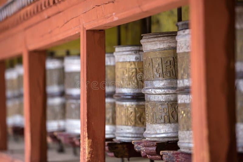 Тибетский буддист моля катит внутри Ladakh, Индию стоковые изображения rf
