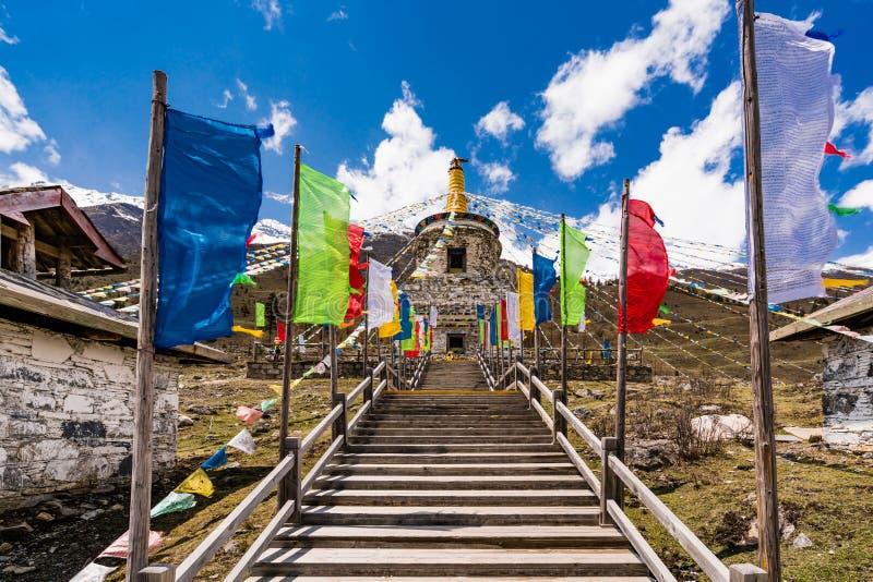 Тибетский висок на горе 4 девушек стоковая фотография