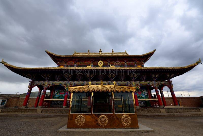 Тибетский висок под темными облаками стоковые изображения rf