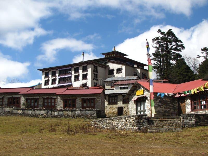Тибетский монастырь в высоких горах стоковая фотография