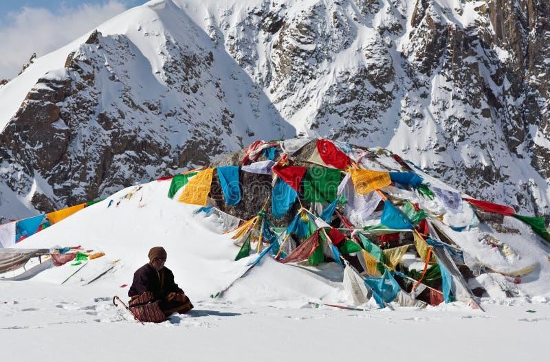 Тибетский паломник на пропуске Ла Drolma, Тибете стоковые фотографии rf