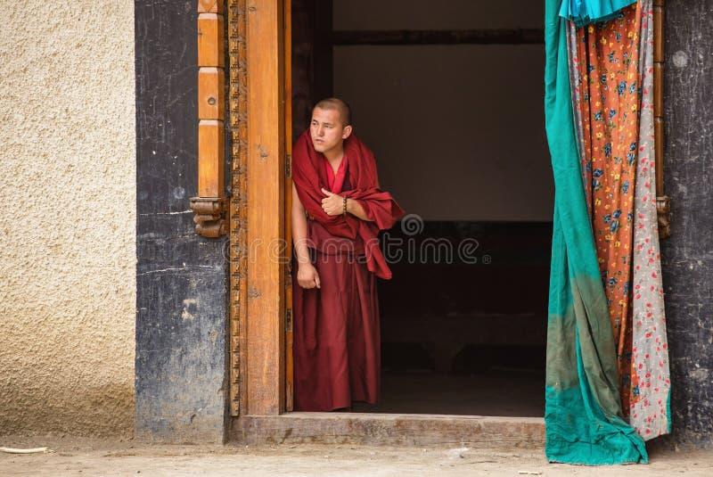 Тибетский фестиваль маски буддийского монаха наблюдая от двери монастыря Lamayuru в Ladakh, Индии стоковое изображение rf