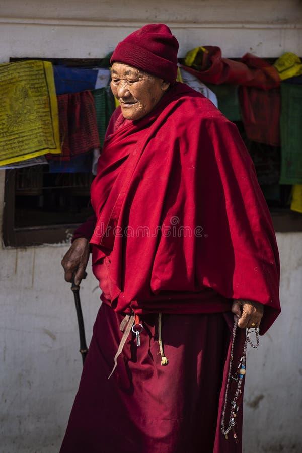Тибетское буддийское kora монашки Stupa и молить, Непал стоковая фотография