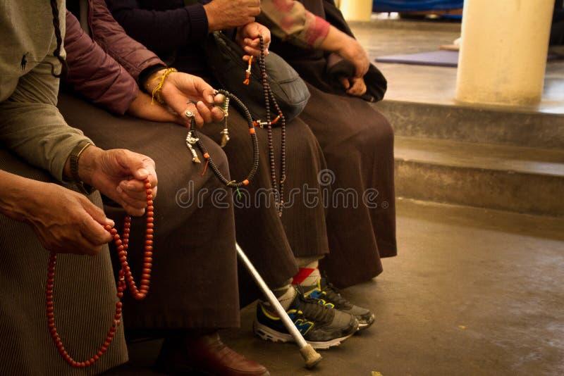 Тибетцы, висок Далай-ламы, McLeod Ganj, Индия стоковые изображения rf
