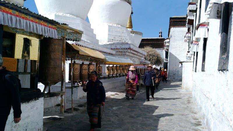 Тибетцы в молитве стоковая фотография
