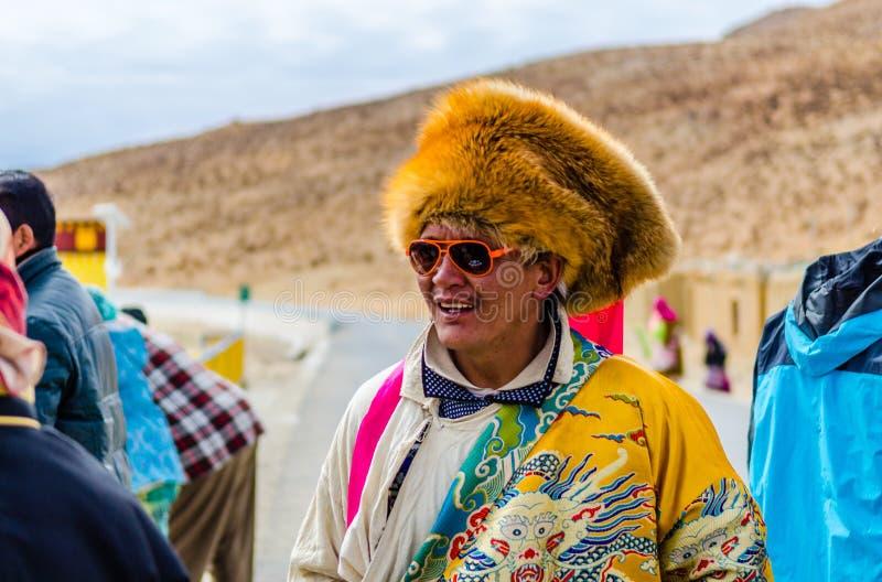 Тибетцы в национальных одеждах на празднике стоковые фото