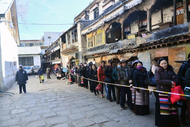 Тибетцы queuing стоковые изображения