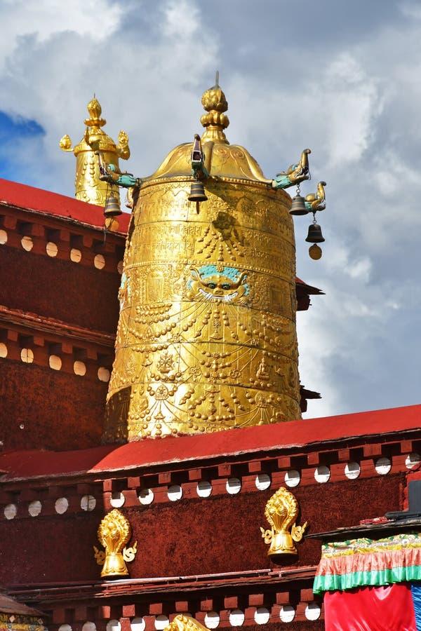 Тибет, Лхаса, первый буддийский висок Jokhang Атрибуты золота буддизма стоковые фото