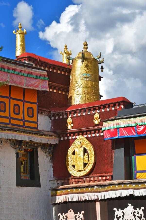 Тибет, Лхаса, первый буддийский висок Jokhang Атрибуты золота буддизма стоковые изображения rf