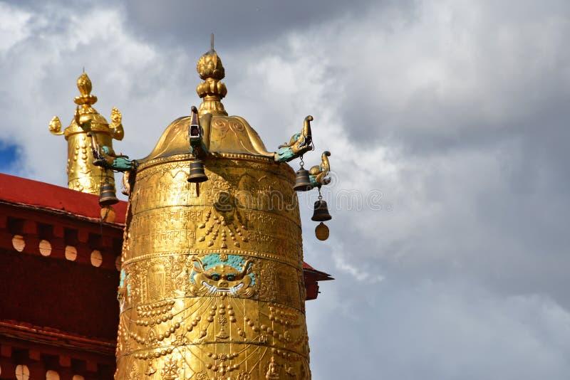 Тибет, Лхаса, первый буддийский висок Jokhang Атрибуты золота буддизма стоковые изображения