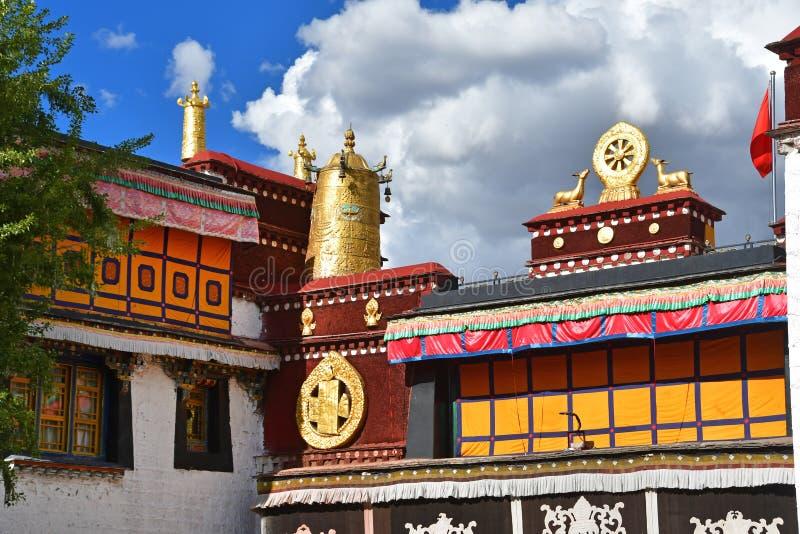 Тибет, Лхаса, первый буддийский висок Jokhang Атрибуты золота буддизма стоковое фото