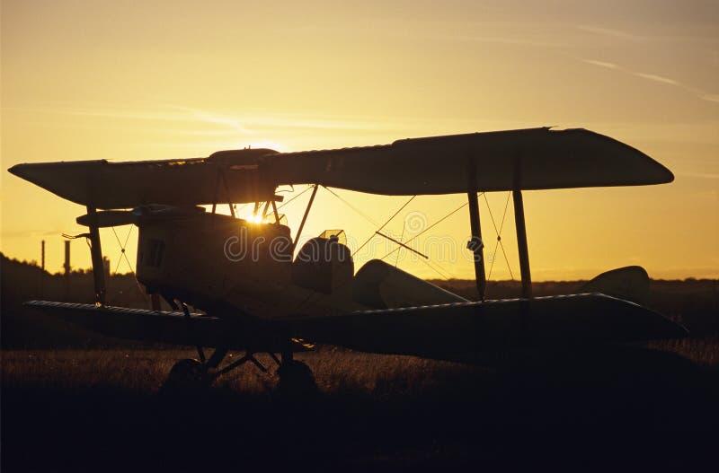 тигр захода солнца сумеречницы самолет-биплана стоковые изображения rf