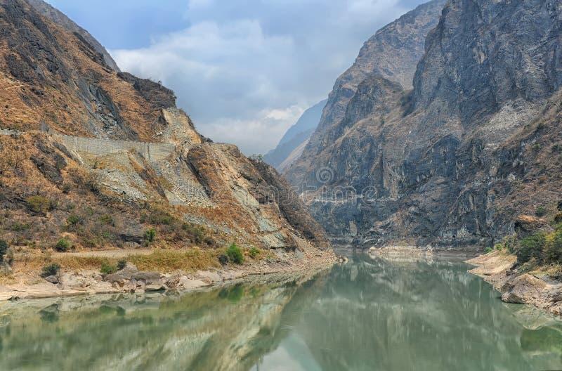 Тигр перескакивая ущелье в Китае стоковая фотография