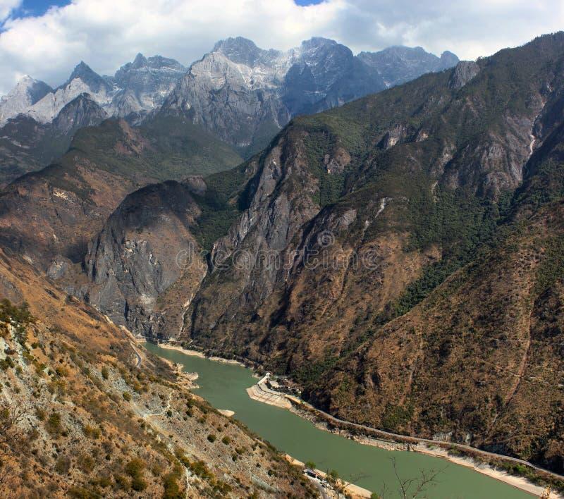 Тигр перескакивая ущелье, сценарный каньон в провинции Юньнань, Китае стоковая фотография rf