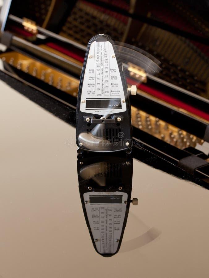тикать метронома отраженный роялем стоковые фотографии rf