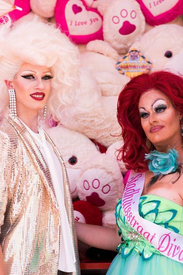 Тилбург, Нидерланд - 22 07 2019: пары человека трансгендерного во впечатляющих костюмах на Roze Mandaag - гее, pri lgbt стоковое изображение
