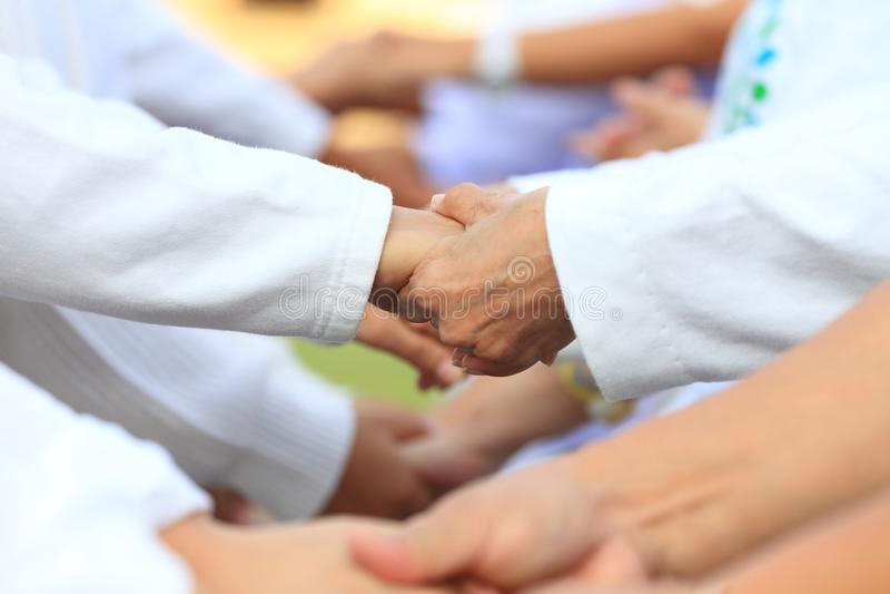 Тимбилдинг в деле для единства и полной поддержки сотрудничества с разнообразием штата для публикации хорошей силы и увеличения e стоковые изображения rf